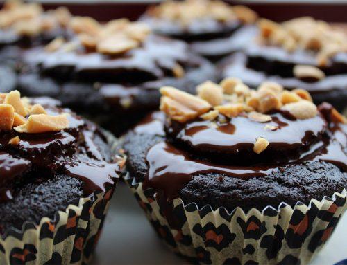 Vegane Schoko-Muffins mit Erdnusskern